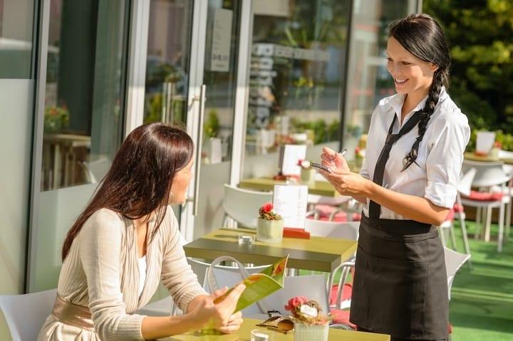 انگلیسی در سفر به تجربه صرف غذا در رستوران کمک می کند.